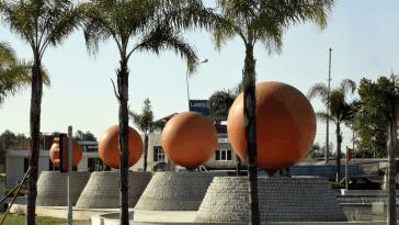 Апельсиновые фонтаны можно увидеть в центральной части города и на самых крупных транспортных развязках.