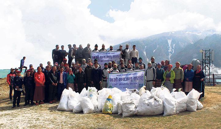 Непальская армия вывезла две тонны мусора с горы Эверест