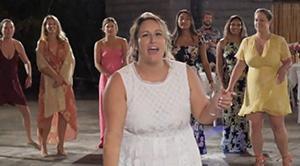 Видео. Невеста бросила букет. Это лучший букет, который видел мир.