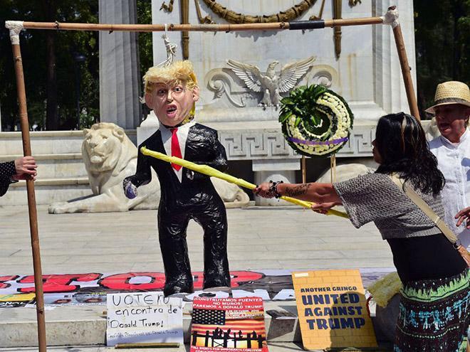 Пиньята Дональд Трамп набирает популярность в США