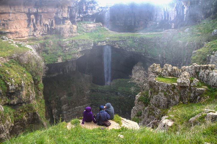 Водопад Баатара в Ливане превращается в ... пещеру Трёх мостов