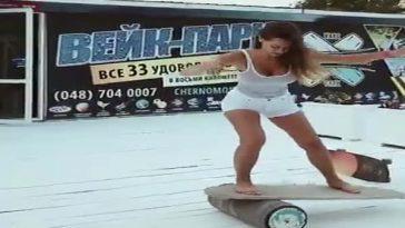 Впечатляет. Девушка балансирует на доске.