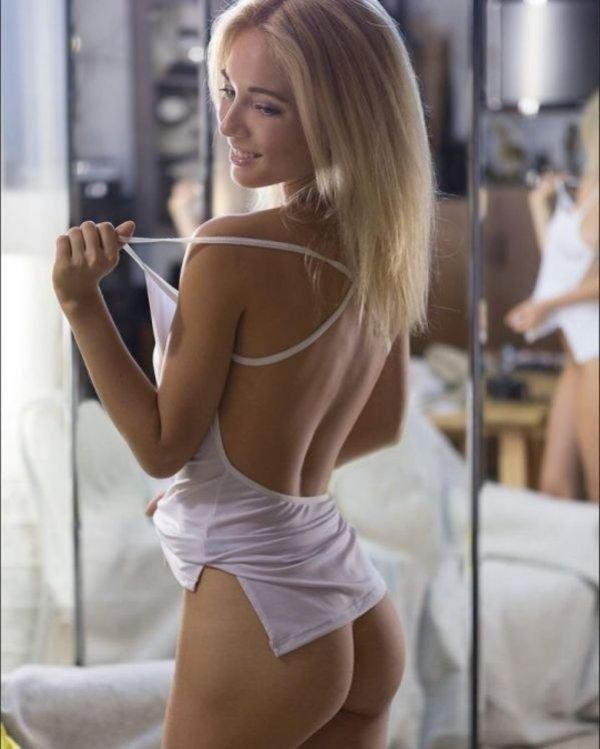 Девушки оттягивают одежду (37 фото)