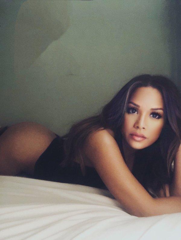 Красивые девушки валяются в постели (36 фото)