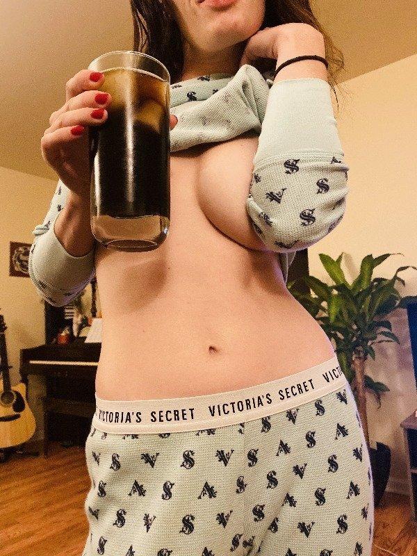 Горячие девушки почти без одежды (40 фото)