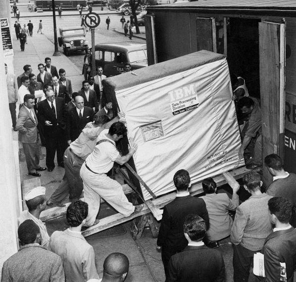 IBM 305 ramac  - первый компьютер с жестким диском