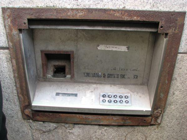 Когда появился первый банкомат?