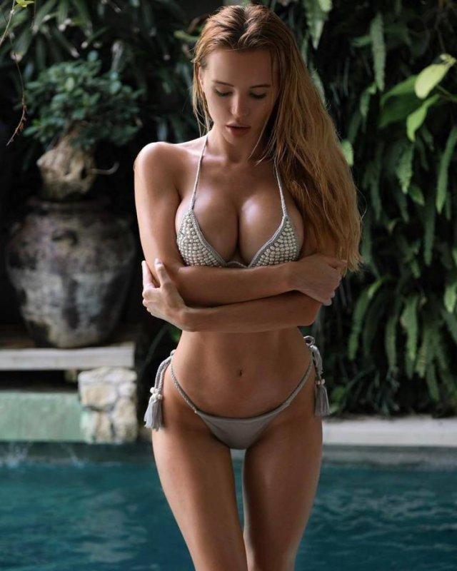 Сочные девушки в купальниках (51 фото)