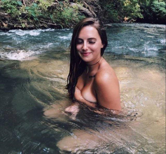 Девушки, прикрывающие грудь рукой (55 фото)