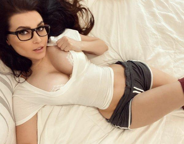 Красивые девушки в очках (32 фото)