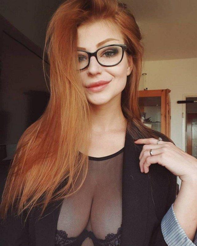 Сексуальные девушки в очках (53 фото)