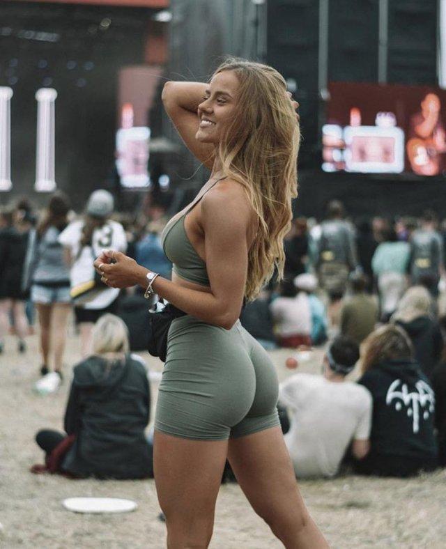 Красивые девушки на фестивалях и концертах (36 фото)