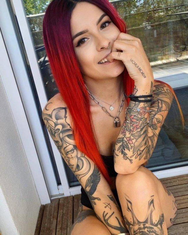 Красивые татуированные девушки (55 фото)