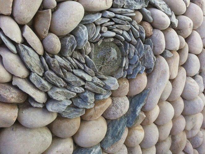 Джонни Класпер превращает мозаики из гальки и кирпича в произведения искусства