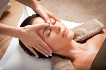 Как делать массаж лица в домашних условиях?