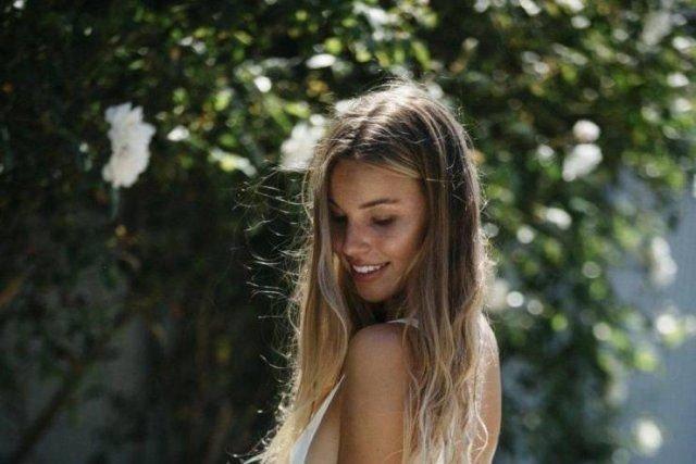 Симпатичные девушки сбоку (53 фото)