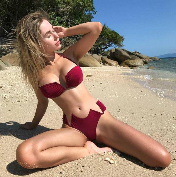 Красивые девушки в купальниках бикини (29 фото)