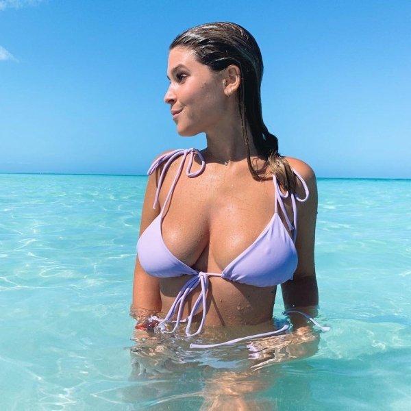 Красивые девушки в купальниках бикини (33 фото)