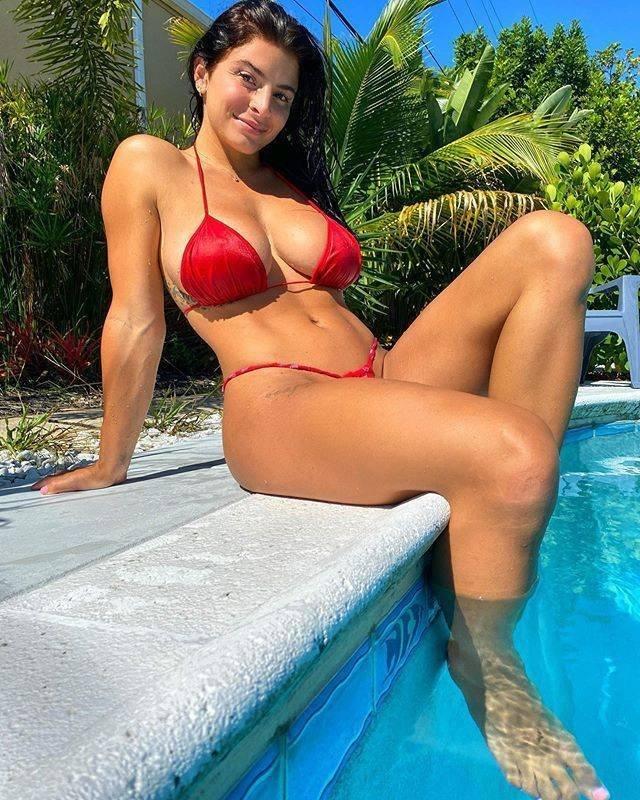 Красивые девушки в купальниках (51 фото)
