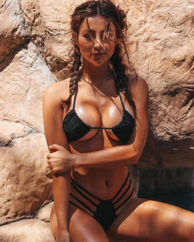 Горячие девушки в красивых купальниках бикини (56 фото)