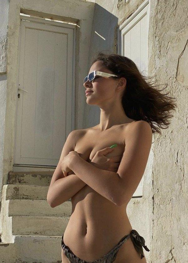 Полуобнаженная грудь красивых девушек (37 фото)