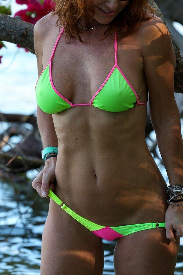 Фигуристые девушки в купальниках (28 фото)