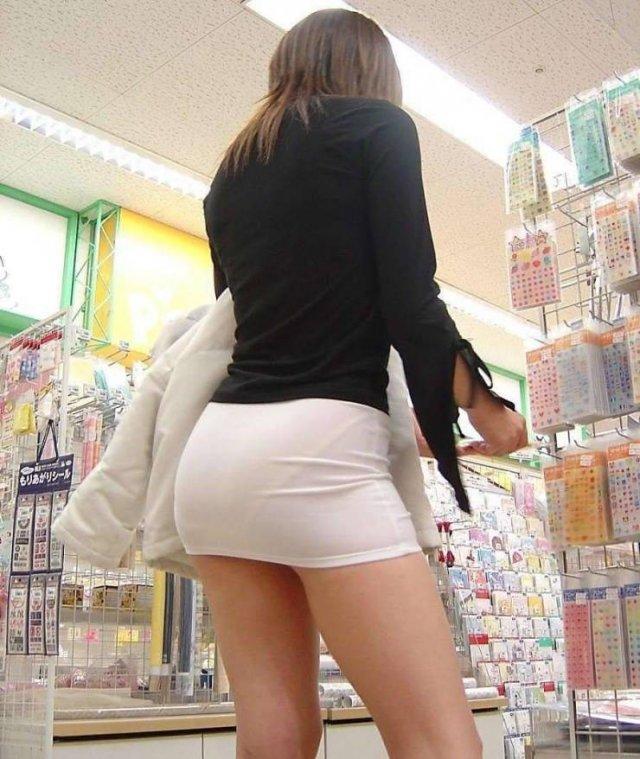 Девушки в мини-юбках (53 фото)