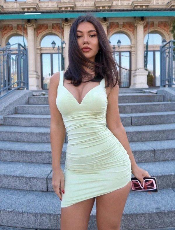 Красивые фигуристые девушки в обтягивающем платье (55 фото)