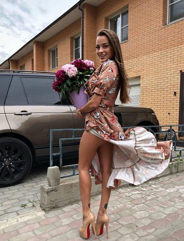 Красивые девушки в сарафанах и платьях (55 фото)