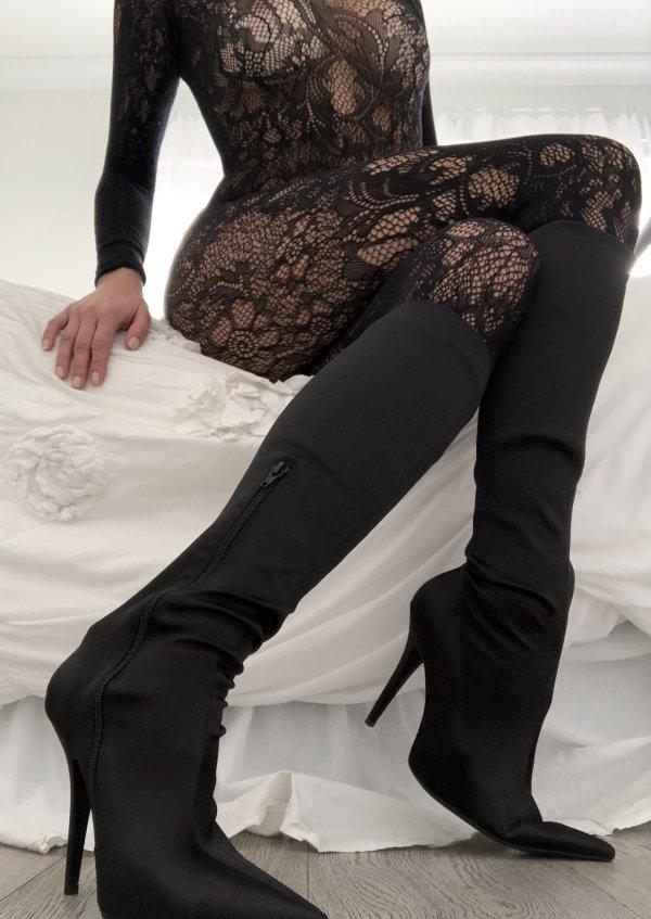 Красивые девушки в сексуальной одежде в сетку (41 фото)