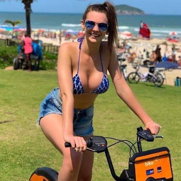 Сексуальные девушки на велосипедах (33 фото)