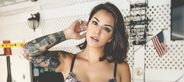 Красивые девушки с татуировками на груди (33 фото)