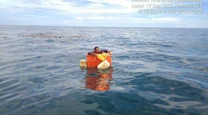 Найден пропавший рыбак, который несколько дней дрейфовал в пластиковом контейнере.