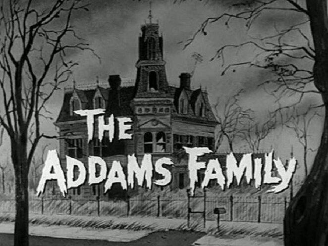 Оказывается стены дома семейки Адамс были...розовыми