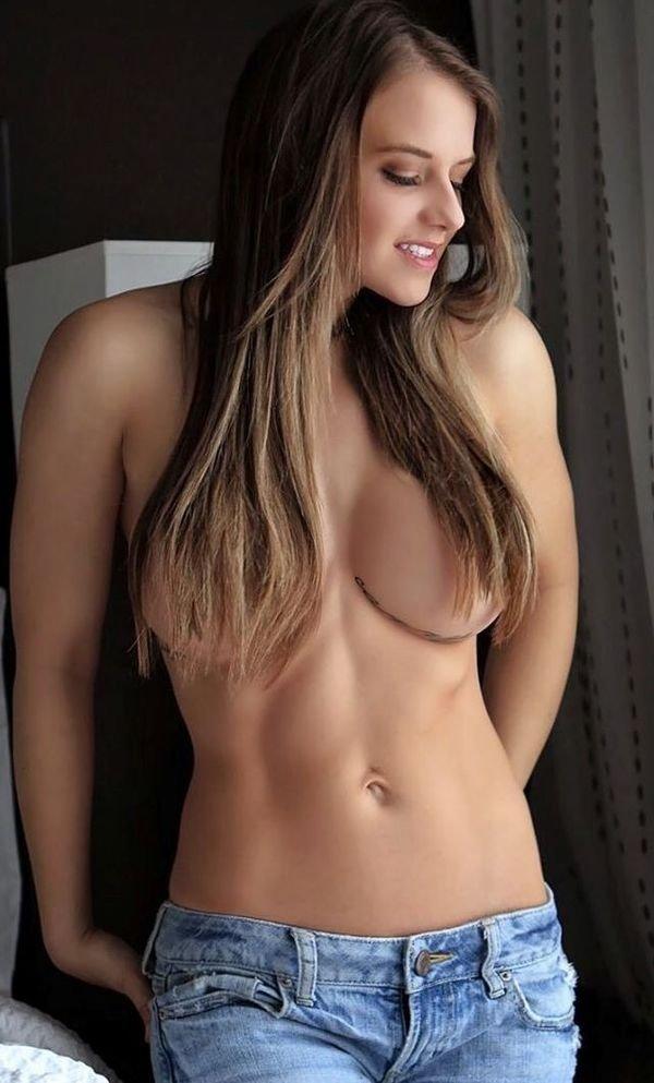 Девушки, прикрывающие грудь волосами (32 фото)