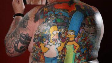 На спине фаната Симпсонов татуировка с более чем 200 персонажами мультсериала