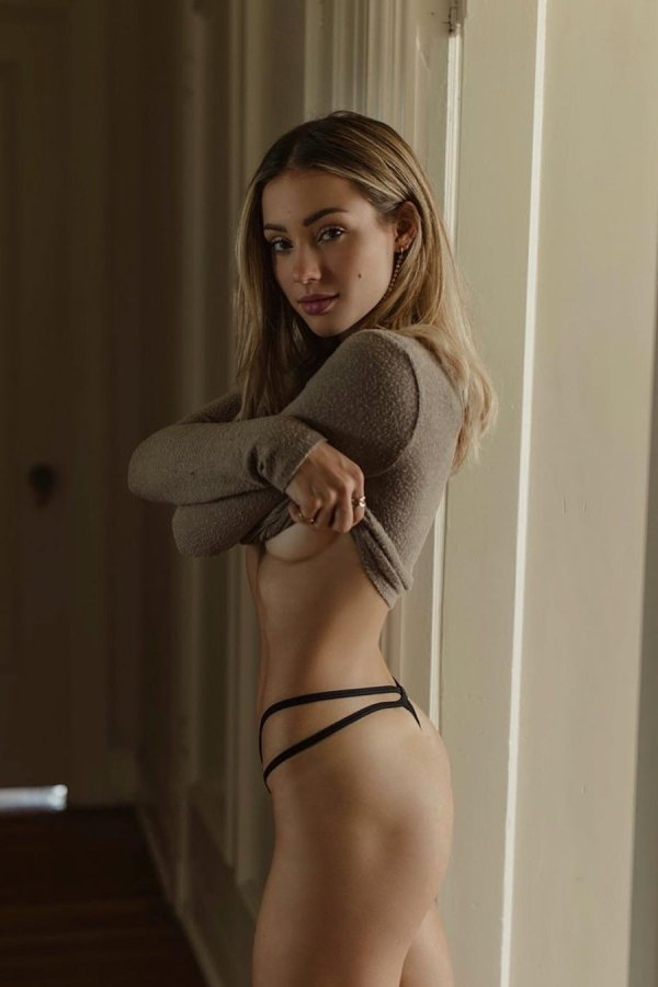 Underboob: девушки с полуобнаженной грудью  (45 фото)