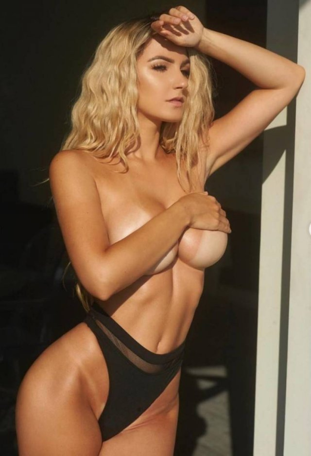Красивые девушки с полуобнаженной грудью (52 фото)