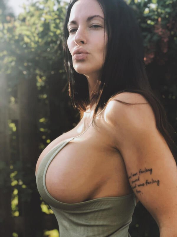 Красивые девушки сбоку (28 фото)