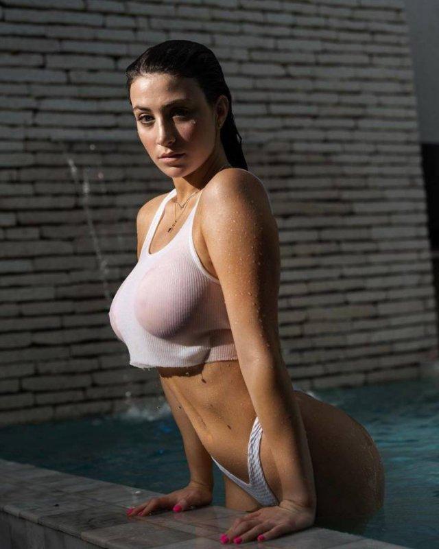 Мокрые девушки после водных процедур (52 фото)