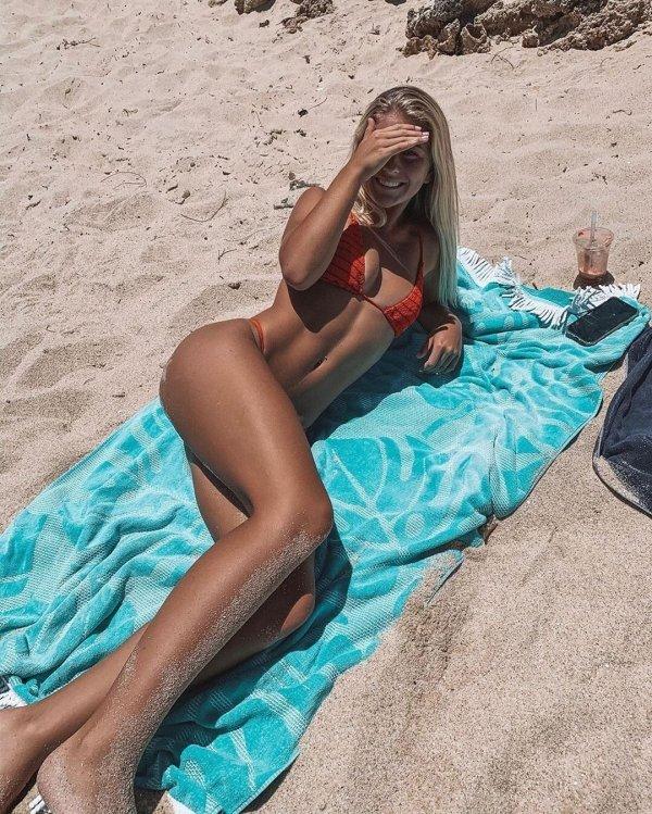 Красивые пляжные девушки (50 фото)