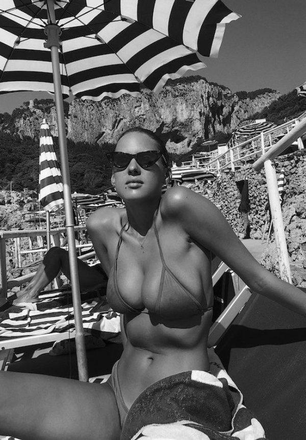 Девушки в стрингах на пляже. Микро бикини (62 фото)