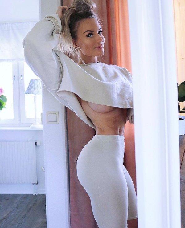 Красивые девушки в свитере (41 фото)