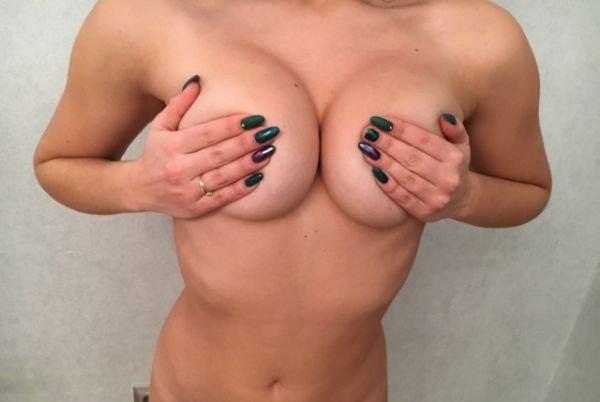 Красотки прикрывают грудь рукой (37 фото)