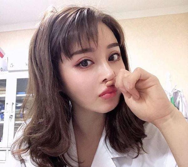 Юань Херонг: милая доктор и культурист (18 фото)