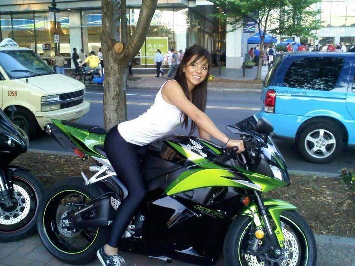 Быстрые мотоциклы и горячие девушки (25 фото)