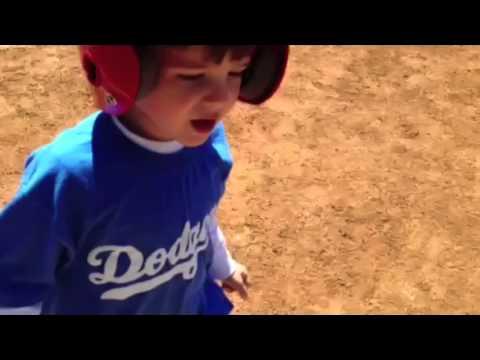 Мальчик прекращает игру, чтобы сказать папе «Я люблю тебя»