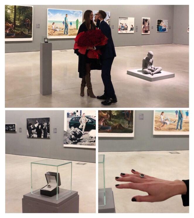 Предложение руки и сердца на фоне искусства. Он спрятал кольцо в музейной витрине