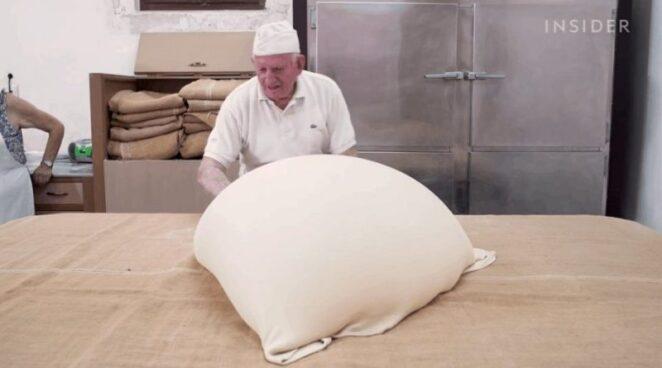 86-летний грек до сих пор вручную готовит тесто фило
