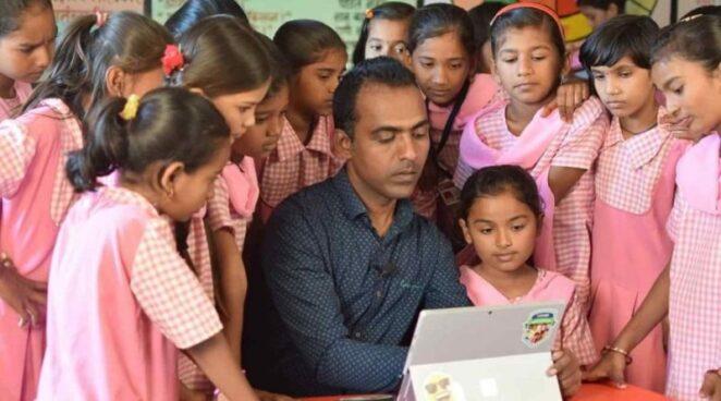 Учитель из Индии получил 1000000 долларов за вклад в образование. Он поделился призом с другими